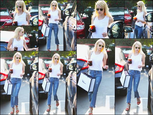 20.08.2016 ─ Emma Roberts a été photographiée, pendant, qu'elle faisait du shopping, dans, le West Hollywood.Emma R. profite donc de son temps libre pour se faire plaisir. Concernant sa tenue, c'est une tenue décontracté mais c'est un jolie top, vous vos avis ?