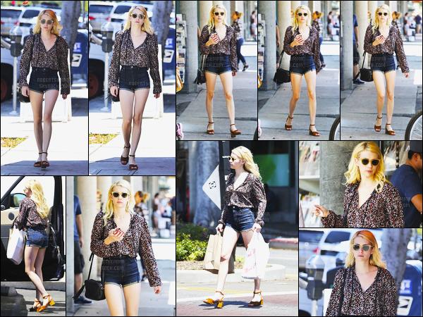 22.08.2016 ─ Emma Roberts a été aperçue, pendant, qu'elle faisait du shopping, dans les rues dans Los Angeles.Emma R. a donc refait surface dans une très jolie tenue à mon goût, j'aime beaucoup son short... C'est un top de ma part et vous? Donnez vos avis !