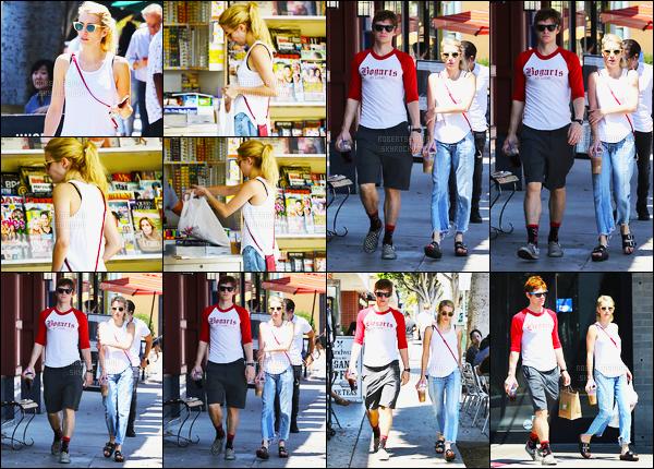 29.08.2016 ─ Emma Roberts a été photographiée alors qu'elle se promenait, avec Evan Peters, dans Los Angeles.Emma et Evan Peters ont été photographiée achetant des boissons glacés et des bagels. Concernant sa tenue, c'est un petit bof de ma part, vos avis ?