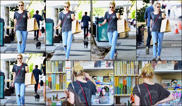 21.09.2016 ─ Emma Roberts a été photographiée alors qu'elle se promenait, dans les rues, dans West Hollywood.C'est dans une tenue plutôt décontracté que nous retrouvons la belle actrice... Je ne suis pas spécialement fan pour ma part, c'est donc un bof ! Avis ?