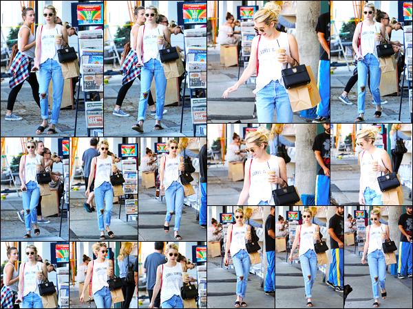 23.09.2016 ─ Emma Roberts a été photographiée pendant qu'elle se promenait, dans les rues, dans Los Angeles.C'est avec le même pantalon de la dernière fois qu'on retrouve la magnifique actrice, j'aime bien son tee shirt mais pas le pantalon c'est donc un bof..