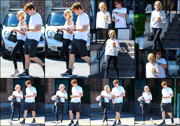 30.09.2016 ─ Emma Roberts a été photographiée alors qu'elle se promenait, avec Evan Peters, dans Los Angeles.Nous retrouvons le couple dans des tenues plutôt décontracté ! Concernant celle de Emma, c'est simple mais j'aime bien, c'est donc un top pour moi !