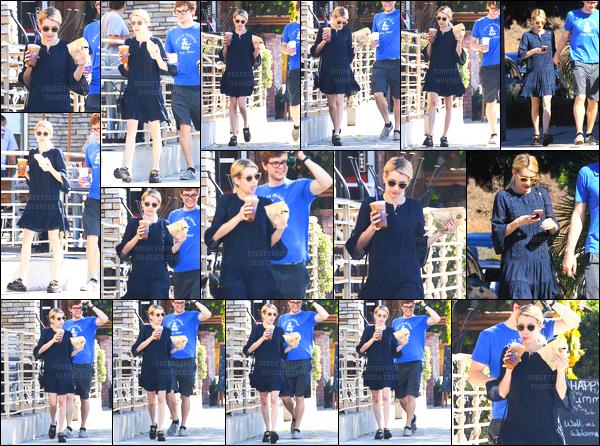 02.10.2016 ─ Emma Roberts a été photographiée alors qu'elle se promenait, avec Evan Peters, dans Los Angeles.Le couple a donc été photographiée alors qu'ils sont aller chercher un café. Concernant sa tenue, c'est un très jolie top de ma part, et vous vos avis ?