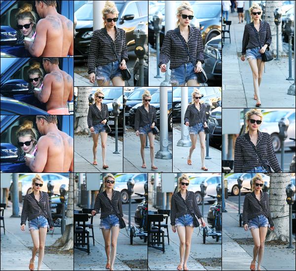 22.10.2016 ─ Emma Roberts a été photographiée pendant qu'elle se promenait, dans les rues, dans Beverly Hills.Pas très souriante face aux paparazzi, la belle abordait une tenue très simple.. Mais pour ma part, j'aime beaucoup, elle lui va très bien, c'est un top !