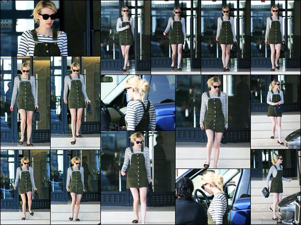 07.11.2016 ─ Emma Roberts a été photographiée, alors, qu'elle se promenait dans les rues dans Los Angeles, CA.La belle blonde, avec les cheveux attaché et son sac à la main, été vêtue d'une très jolie robe. Personnellement, j'adore sa tenue, c'est donc un top !