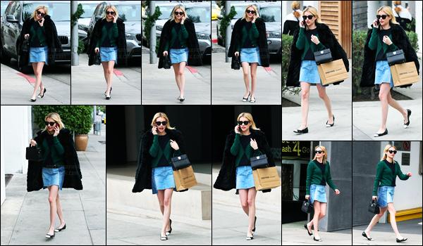 21.12.2016 ─ Emma Roberts a été aperçue pendant qu'elle faisait du shopping, dans les rues étant à Beverly Hills.La belle a été aperçue au téléphone dans les rues en Californie. Concernant sa tenue, c'est beau top de ma part, mise à part son pull je suis pas fan...