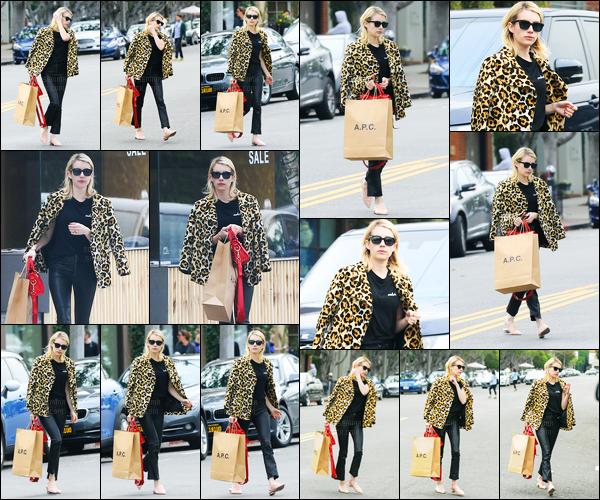 04.01.2017 ─ Emma Roberts a été aperçue pendant qu'elle faisait du shopping dans les rues étant à Los Angeles.Après un moment sans avoir été repérée par les paparazzi, la belle réapparait. Pour ce premier candids de 2017, sa tenue est un beau top. Vos avis?