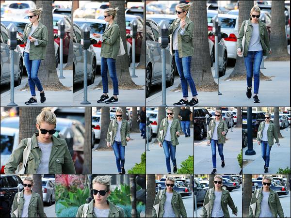 17.01.2017 ─ Emma Roberts a été photographiée alors qu'elle se promenait, dans les rues, dans West Hollywood.Enfin des nouvelles de notre belle blonde après six petits jours sans la voir. Concernant sa tenue, j'aime beaucoup pour ma part, c'est donc, un top !