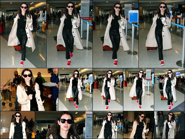 10.03.2017 ─ Emma Roberts a été photographiée pendant qu'elle arrivait à l'aéroport de LAX étant à Los Angeles.Décidément, Emma R. nous gâte en news en ce moment ! La belle a pris un envol, avec une nouvelle couleur de cheveux... Qu'en pensez-vous ? Top !