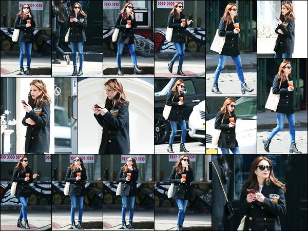 30.03.2017 ─ Emma Roberts a été photographiée, alors, qu'elle se promenait, dans les rues dans New-York City.Décidément en ce moment, elle ne s'arrête plus notre brunette. C'est avec son thé à la main, sa cigarette et son téléphone qu'elle a été vue. Un top.