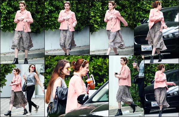 08.04.2017 ─ Emma Roberts a été photographiée, alors, qu'elle se promenait dans les rues dans Hollywood Hills.C'est en compagnie d'une amie, cette fois-ci, que la belle a été photographiée. Concernant sa tenue, je n'en suis pas très fan personnellement. Vous ?
