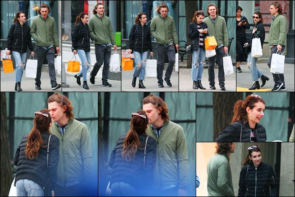 23.04.2017 ─ Emma Roberts a été photographiée, alors, qu'elle se promenait, dans les rues, dans New-York City.C'est en compagnie de son fiancé, Evan Peters, que la belle Emma Roberts a été photographiée. Concernant sa tenue, c'est simple mais c'est un top !