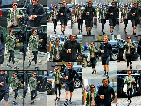 26.04.2017 ─ Emma Roberts a été photographiée, alors, qu'elle se promenait, dans les rues, dans New-York City.C'est en compagnie de son fiancé, Evan Peters, que la belle Emma Roberts a été photographiée. Concernant sa tenue, c'est simple mais c'est un top !