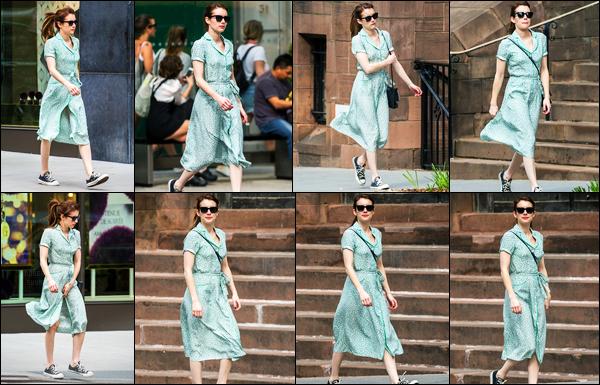 29.04.2017 ─ Emma Roberts a été photographiée, alors, qu'elle se promenait, dans les rues, dans New-York City.Nous avons peu de photos de cette sortie de la belle, cette fois-ci, elle était  seule... Concernant sa tenue, j'aime beaucoup ce style, c'est donc un top !
