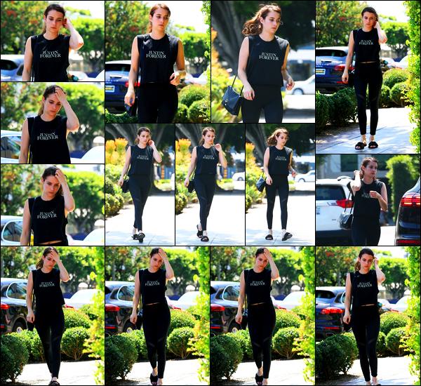 31.07.2017 ─ Emma Roberts a été photographiée, alors, qu'elle allait s'acheter un jus de fruit au West Hollywood.Le 28/07, Emma Roberts a été photographiée quittant le « Joan's on Third » avec une amie... Concernant ses tenues, c'est deux beaux tops de ma part !