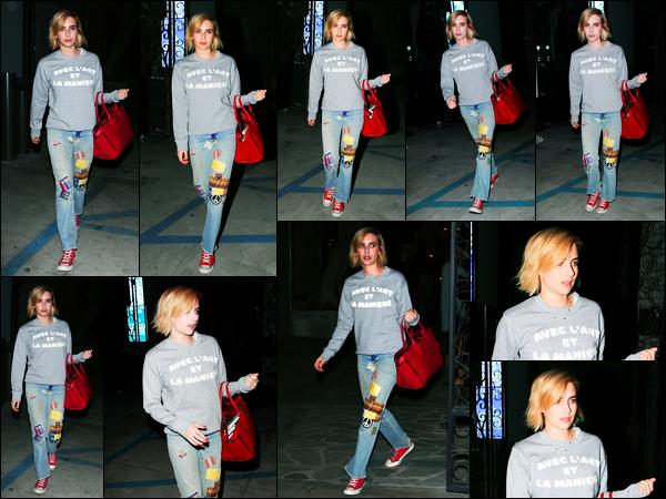 02.08.2017 ─ Emma Roberts a été photographiée pendant qu'elle quittait un salon de coiffure dans Los Angeles.C'est avec une nouvelle coupe ainsi qu'une nouvelle couleur de cheveux que la belle est apparue dans la soirée. Concernant sa tenue, c'est un bof de moi