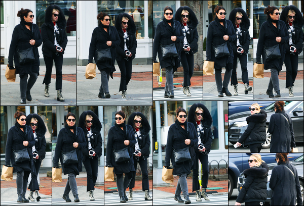 24.12.2017 ─ Emma Roberts a été photographiée, alors, qu'elle faisait du shopping, avec sa mère, aux Hamptons.C'est toute les deux vêtues de total black, en ce jour de réveillon que nous retrouvons Emma... Concernant donc sa tenue, c'est un petit top de ma part !
