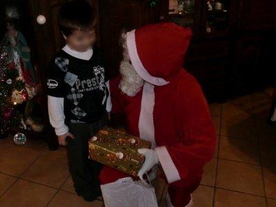 apres avoir chanter la chanson du petit papa noel ,la remise des cadeaux pouvez alors commencer