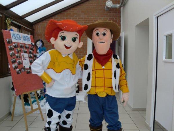 les mascottes du cheyennes country show 59300 de sortie ce 08/12/2012 a la maison de retraite de solesme pour le plaisir des enfants et des grands