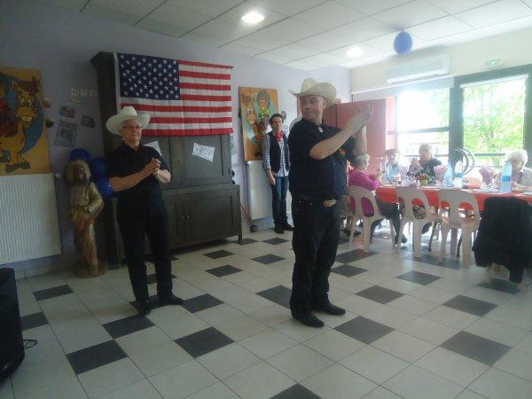 le 12 avril 2014 maison de retraite vals3 danse mascottes fouet et lasso