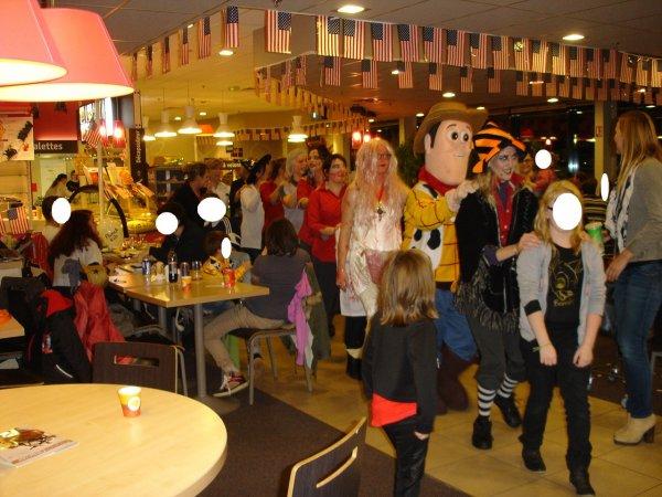 demo de danse , et woody la mascotte au flunch de le quesnoy suberbe ambiance 31/10/2014