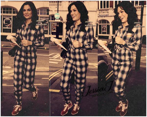 CANDIDS 27/09 - Jessie sur BBC Radio 2 à Londres