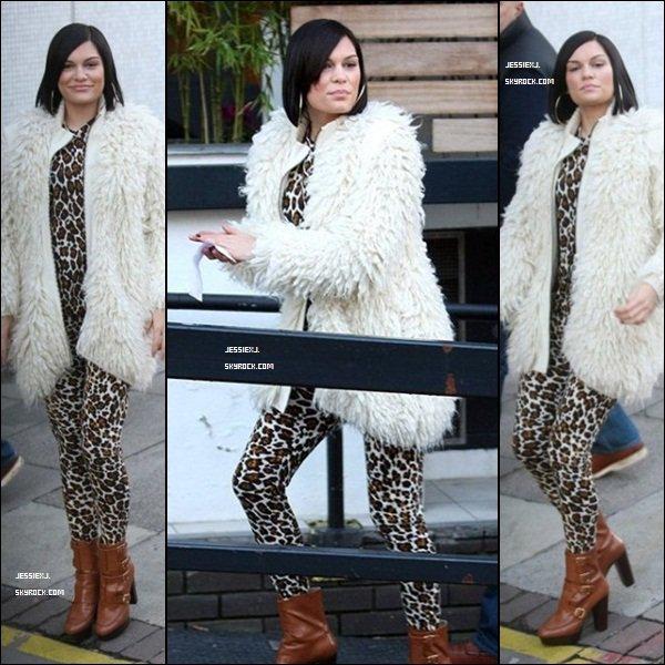 CANDID 05/12 - Jessie devant les studios de ITV à Londres