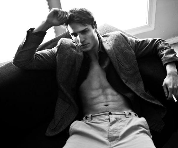 - Photoshoot ◄ 30 / 05 / 2012 ◄-Alexander Ardid chez Sight Model Management pose pour le photographe Albert Ruso , le shoot en noir et blanc . Le résultat est plutôt réussit . -