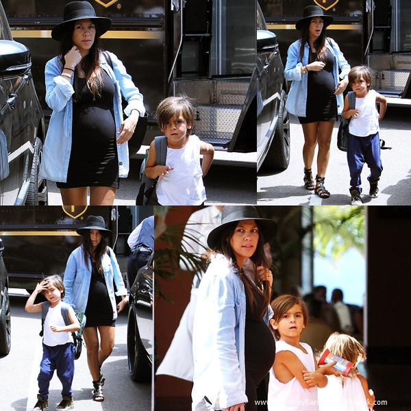 21/08/2014 : Kourtney et ses enfants arrivant au restaurant La Jolla à San Diego.