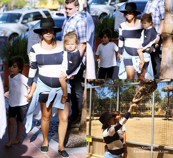 22/08/2014 : Kourtney accompagnée de sa famille arrivant au San Diego Zoo à San Diego.