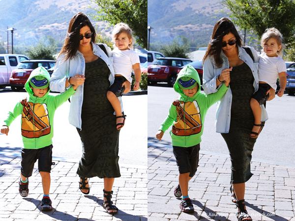 06/09/2014 : Kourtney faisant du shopping avec ses enfants à Calabasas.