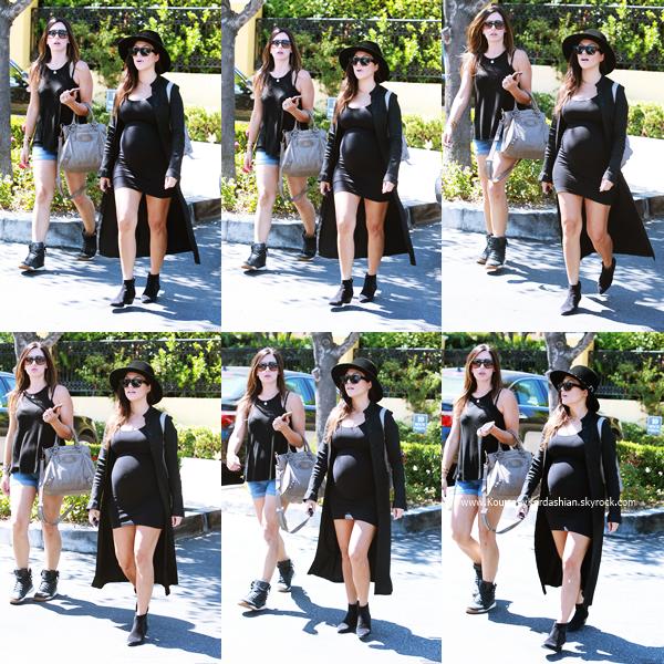 11/09/2014 : Kourtney arrivant avec des amies au Marmelade Cafe à Calabasas.