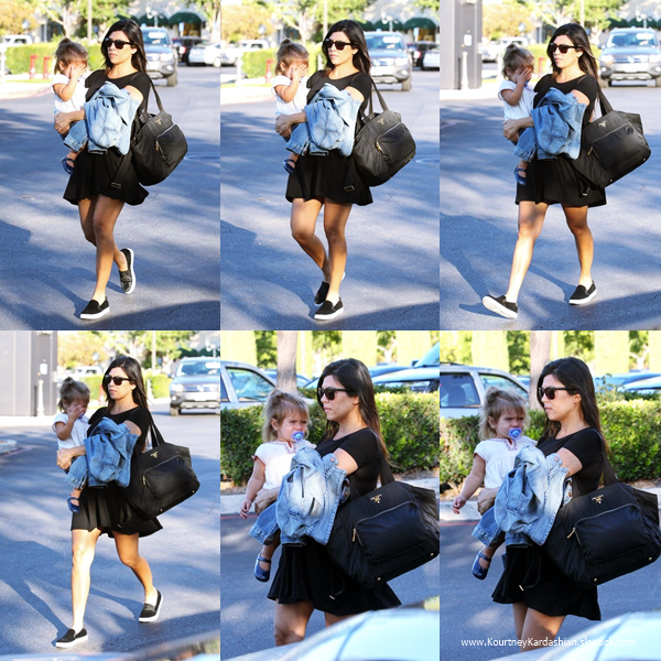 15/09/2014 : Kourtney faisant le plein de sa voiture à une station essence de Los Angeles.