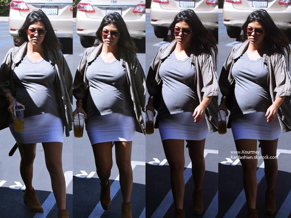 18/09/2014 : Kourtney quittant les bureaux Jenner Communications à Woodland Hills.