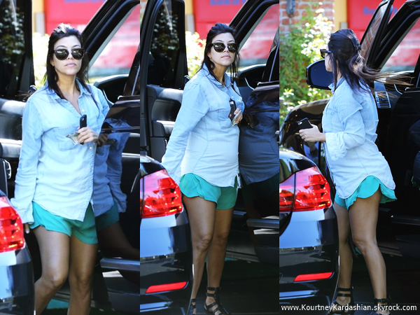17/08/2014 : Kourtney arrivant/quittant Coffee Bean & Tea Leaf à Los Angeles.