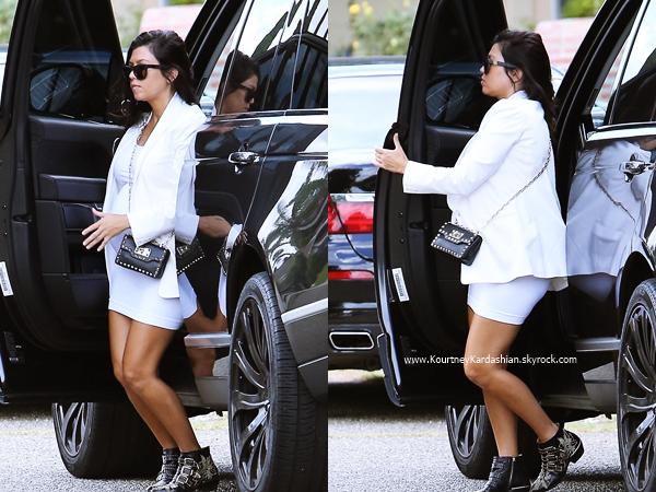 27/09/2014 : Kourtney arrivant/quittant une fête privée à Calabasas.