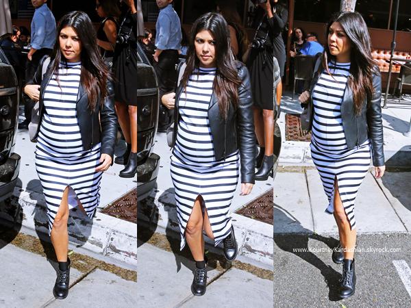 14/10/2014 : Kourtney et sa demi-soeur Kendall quittant le restaurant Nate 'n Al Delicatessen à Beverly Hills.
