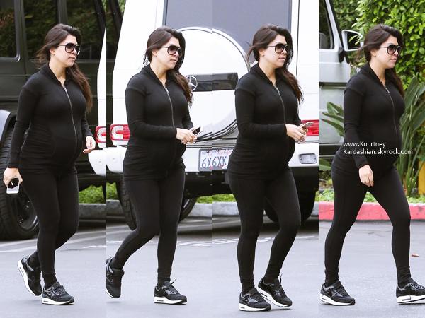 20/10/2014 : Kourtney arrivant aux bureaux Jenner Communications à Woodland Hills.