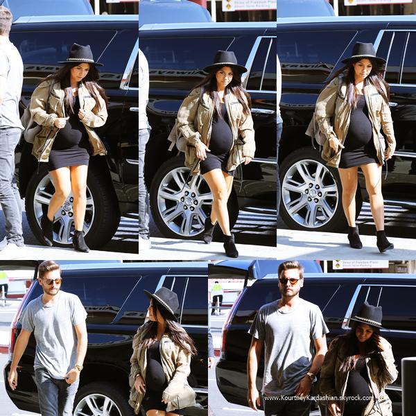 10/10/2014 : Kourtney et son fiancé Scott arrivant à l'aéroport LAX de Los Angeles.