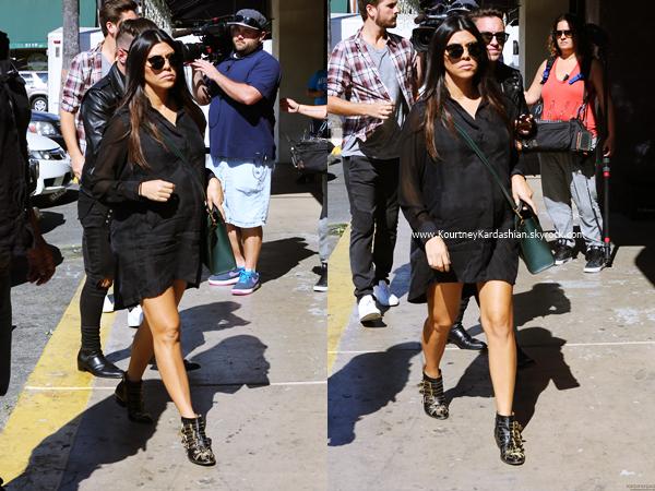 24/10/2014 : Kourtney, son fiancé Scott et Scotty arrivant au restaurant Carousel à Hollywood.
