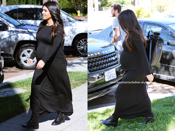 27/10/2014 : Kourtney et son fiancé Scott quittant un restaurant à Calabasas.