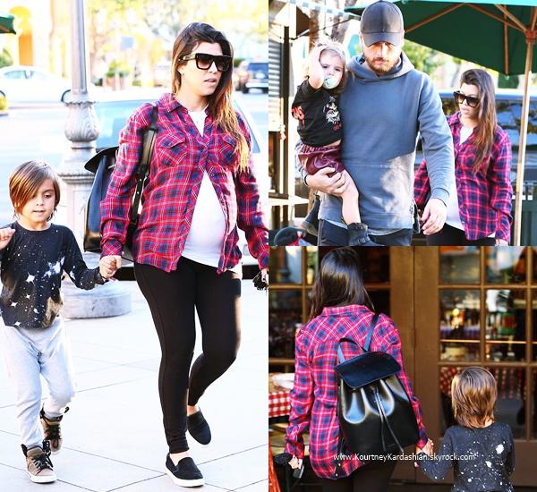 02/11/2014 : Kourtney et sa petite famille arrivant au restaurant King's Fish House à Calabasas.
