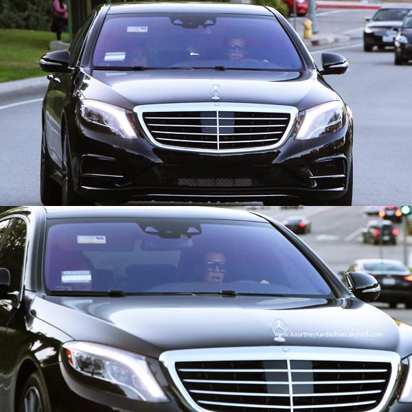13/11/2014 : Kourtney conduisant sa voiture à Calabasas.
