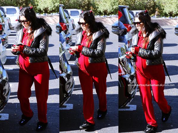16/11/2014 : Kourtney et son amie Allie arrivant chez IHOP pour y célébrer sa seconde baby shower à Tarzana.