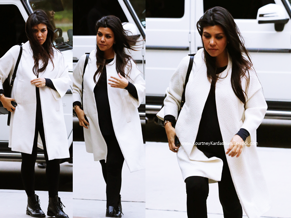 17/11/2014 : Kourtney arrivant au restaurant Kate Mantilini à Woodland Hills.