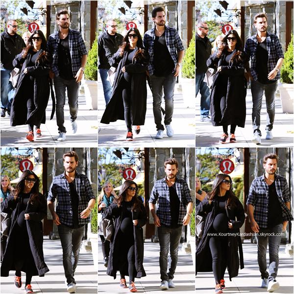 24/11/2014 : Kourtney et son fiancé Scott Disick se promenant à Calabasas.