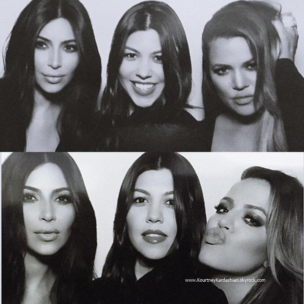 24/12/2014 : Kourtney et ses soeurs assistant à la Kris Jenner's annual Christmas Eve party à Los Angeles.