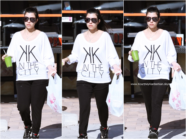 30/12/2011 : Kourtney arrivant/quittant le Juicy Ladies à Beverly Hills.