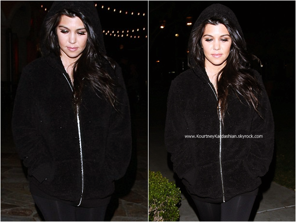 23/02/2015 : Kourtney et et son fiancé Scott quittant le Marmelade Cafe à Calabasas.