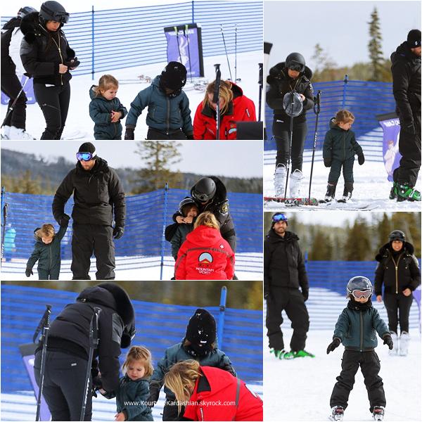25/02/2015 : Kourtney et sa petite famille faisant du ski dans le Montana.